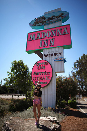 Visite en images d'un motel mythique, le Madonna Inn en californie, par la blogueuse Betty Autier